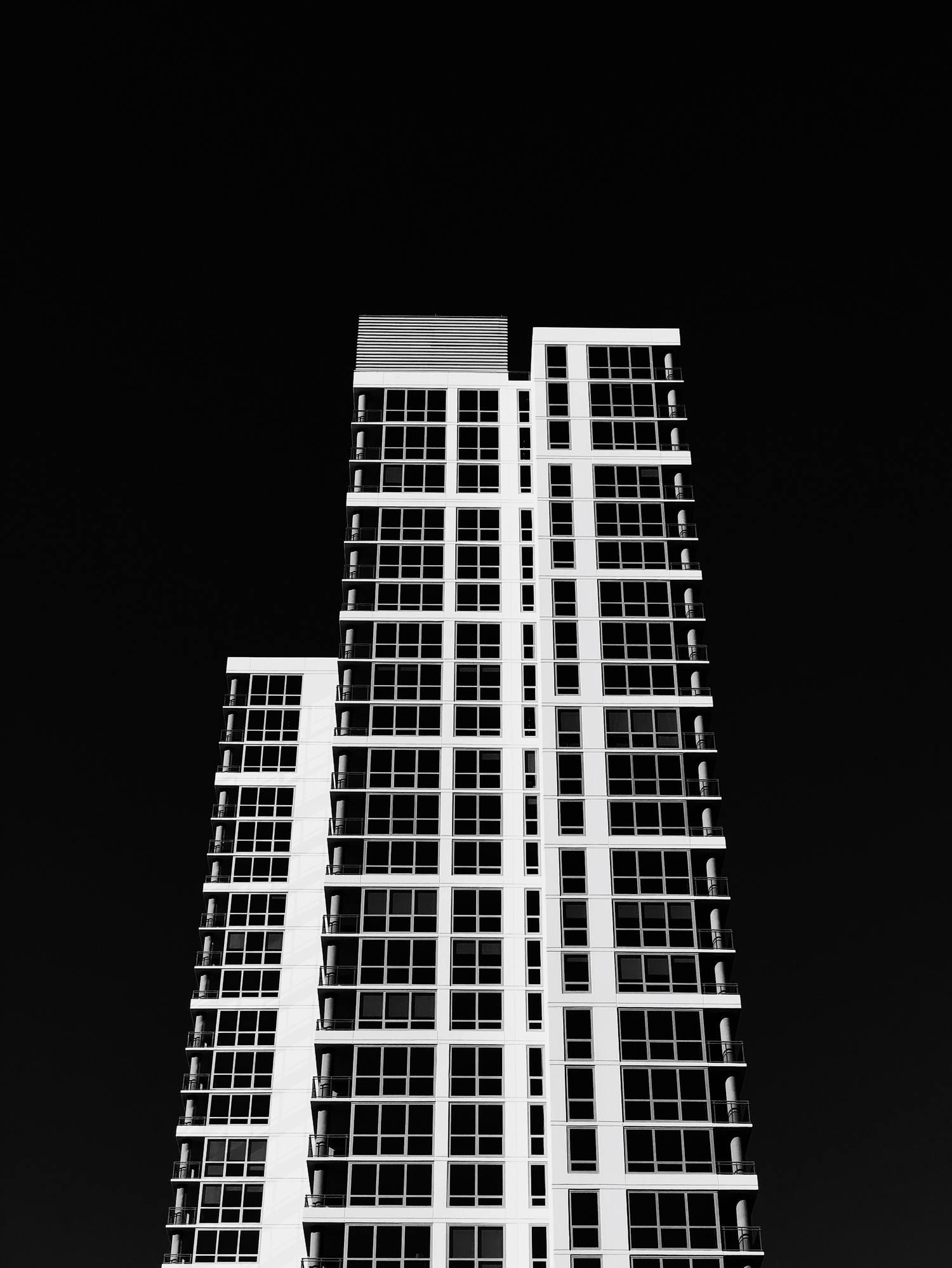 Paisaje urbano con luz dura de mediodía