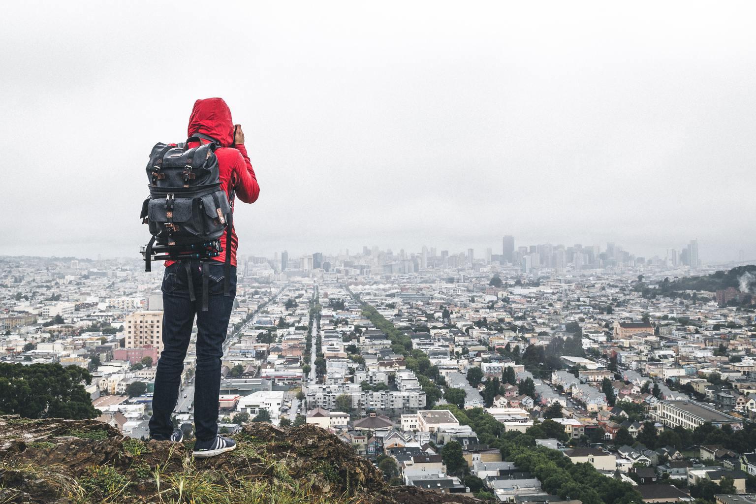 Fotógrafo fotografiando un paisaje urbano