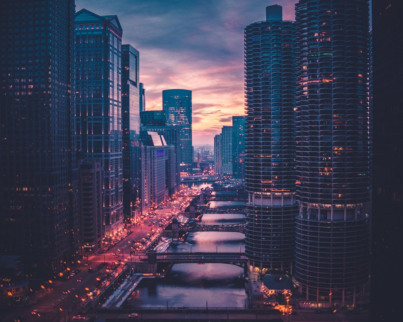 Paisaje urbano al anochecer