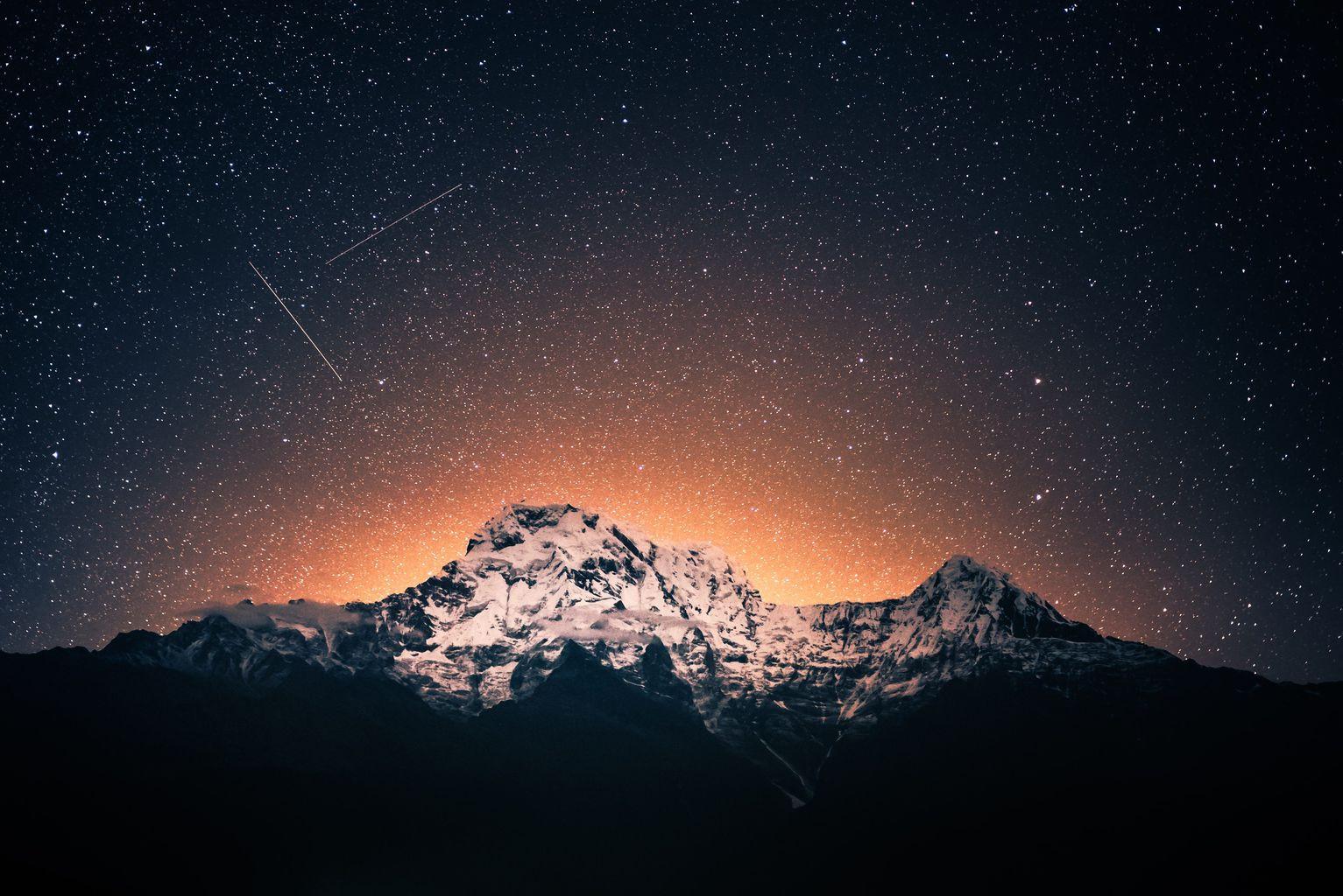 Estrella fugaz sobre montaña nevada