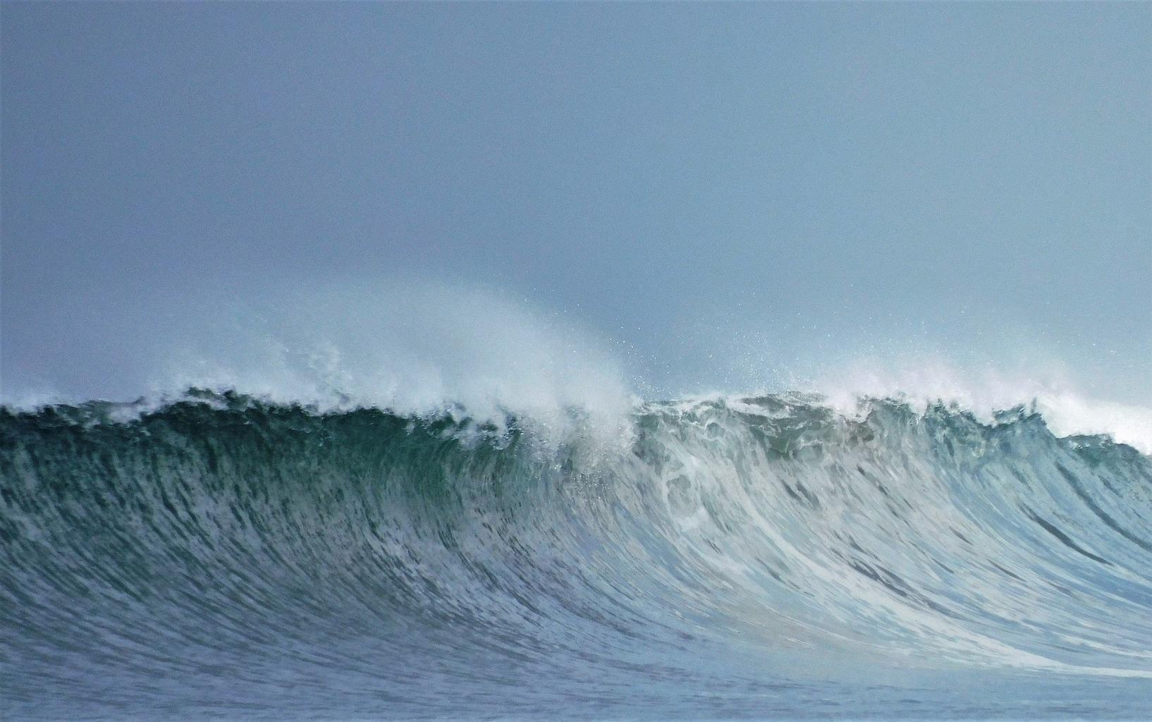 ola del mar capturada con cámara Brigde