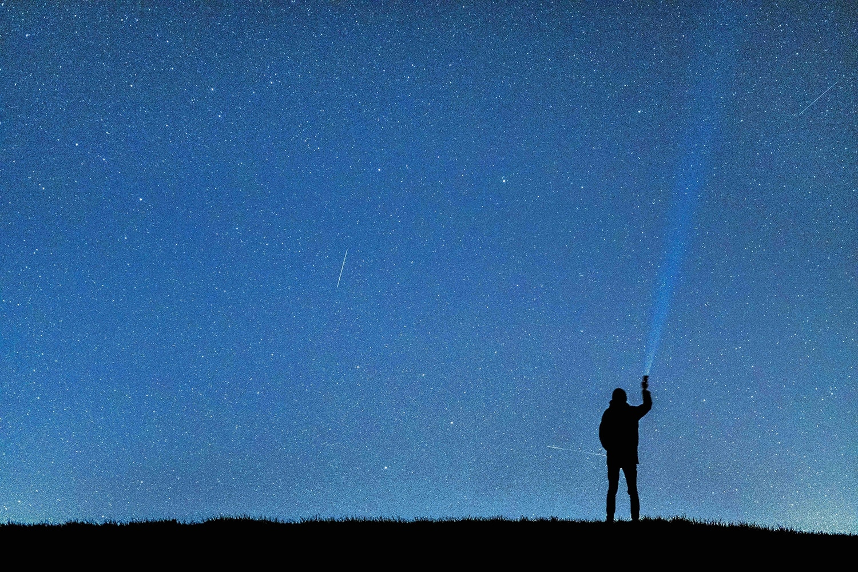 silueta humana con estrellas al fondo