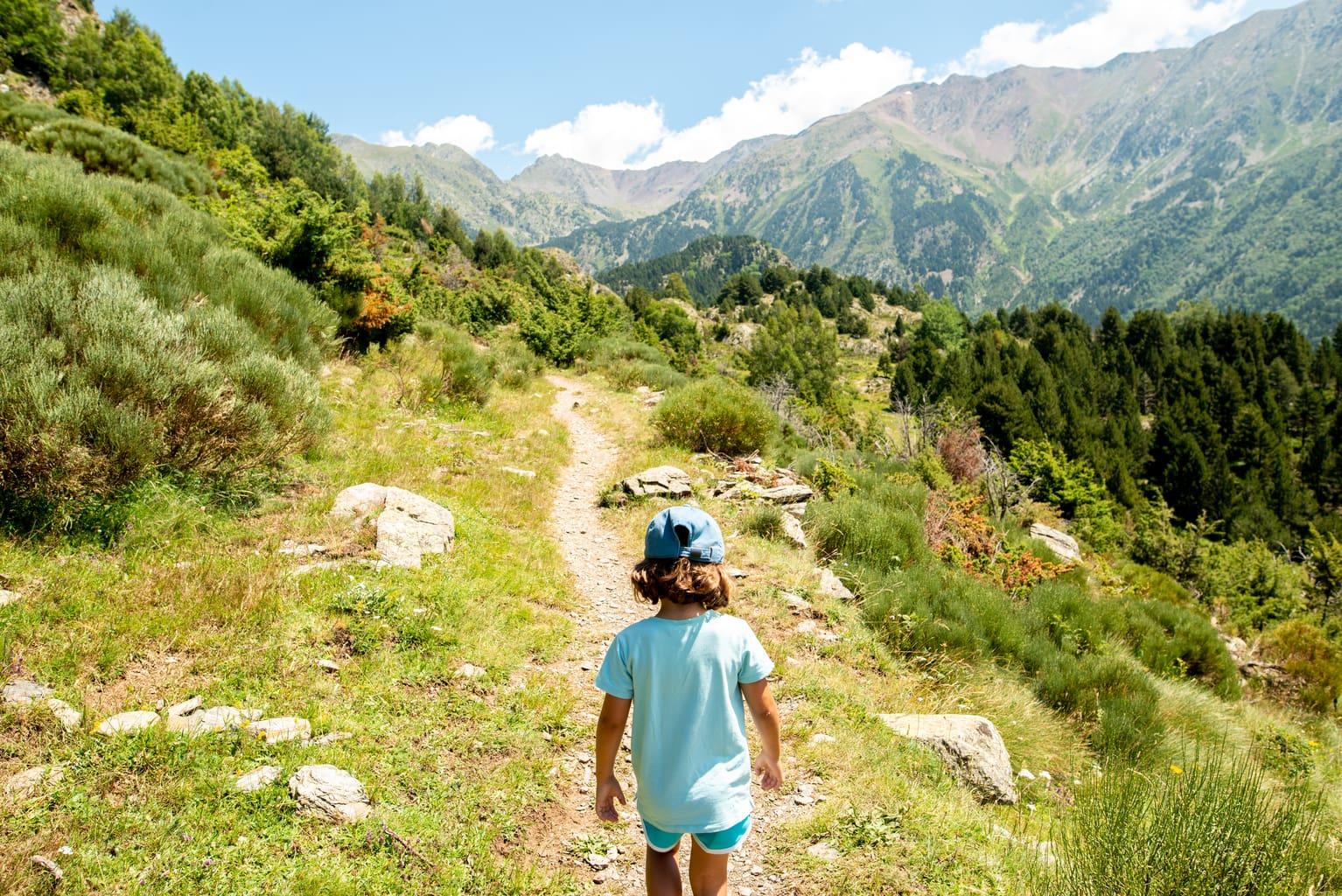 montaña camino niña