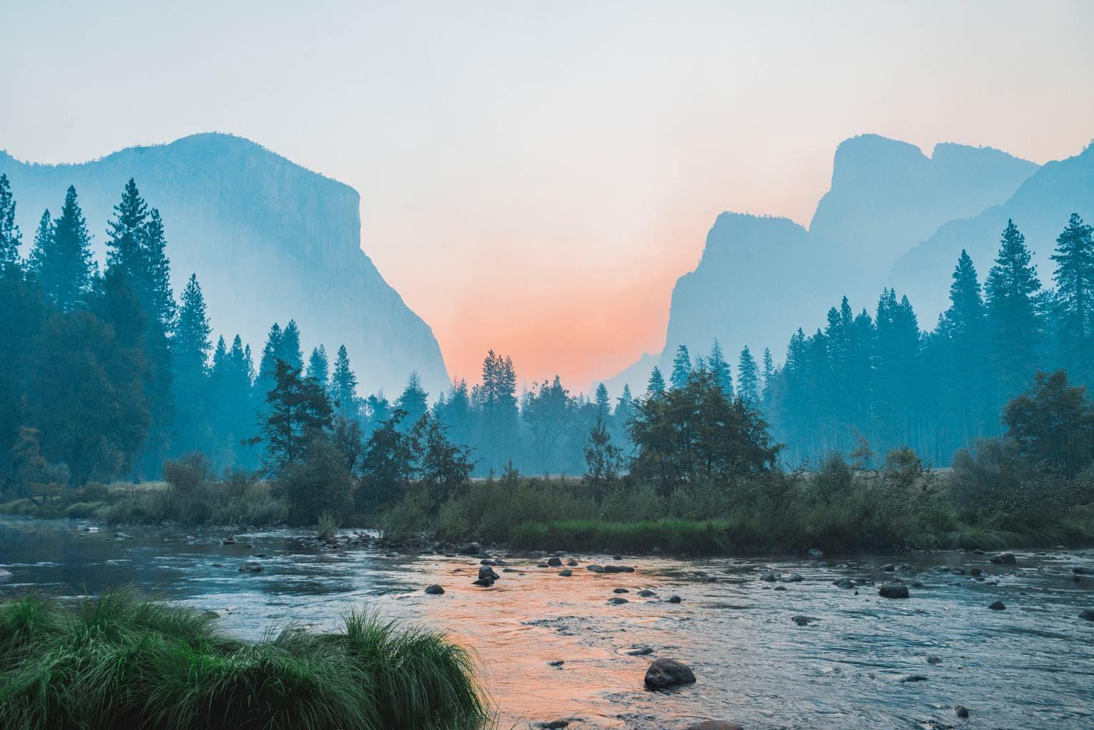 Paisaje de montañas y río