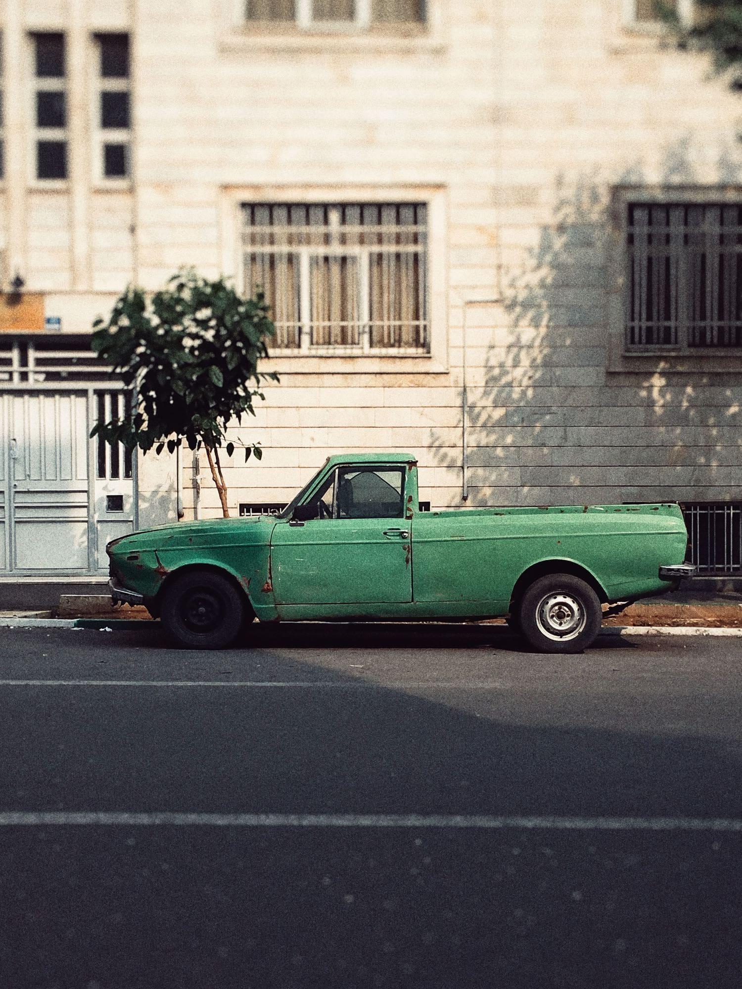 Camioneta verde aparcada