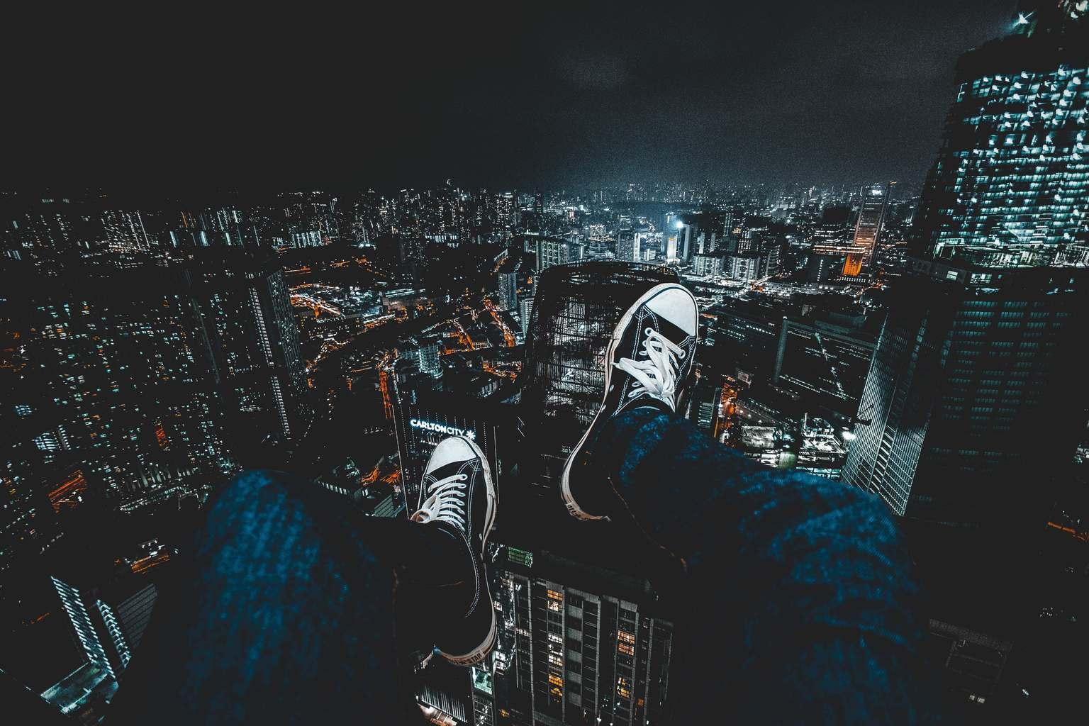 Ciudad de noche vista desde lo alto de un rascacielos