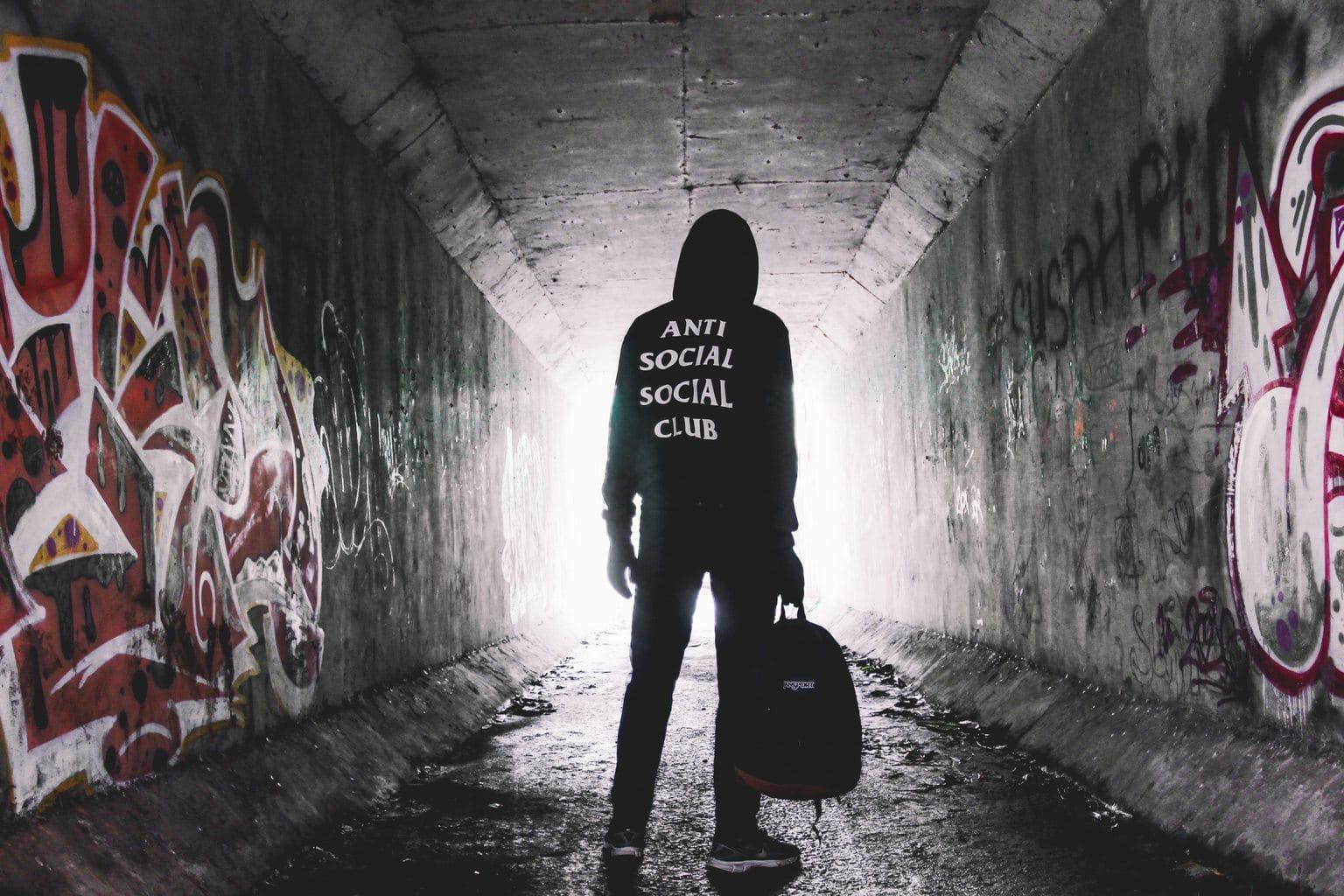 Figura de espaldas en túnel