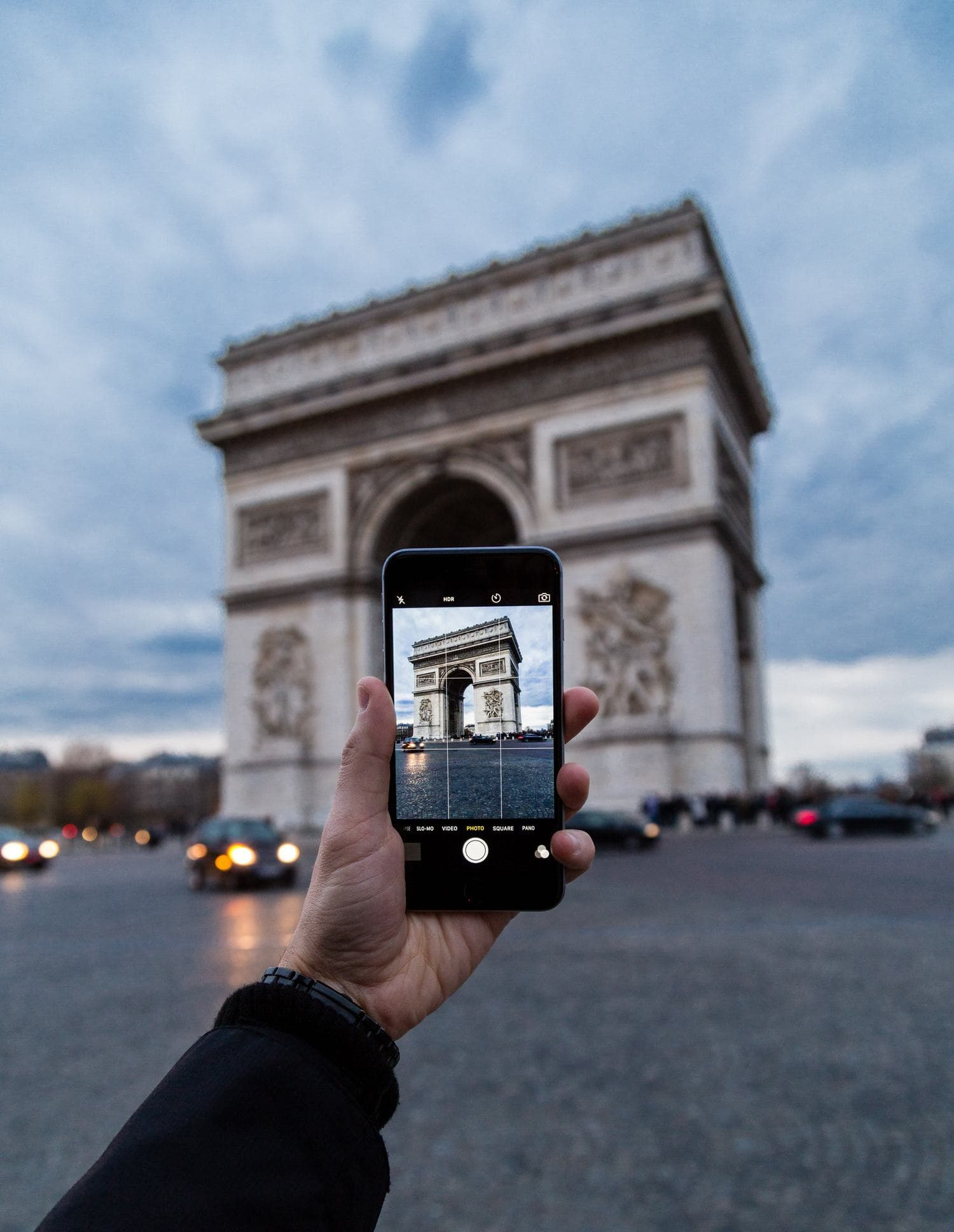 Fotografía de un móvil fotografiando monumento en ciudad de París