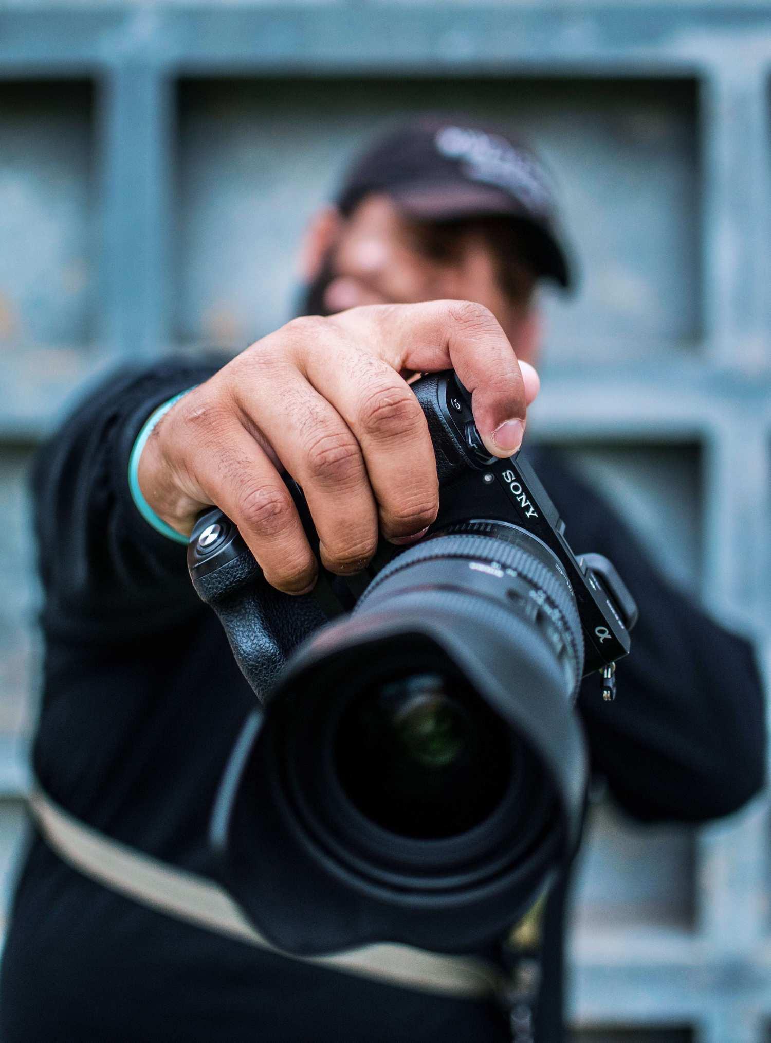 Fotógrafo urbano con cámara en mano