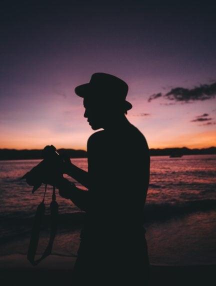 silueta de fotógrafo al anochecer