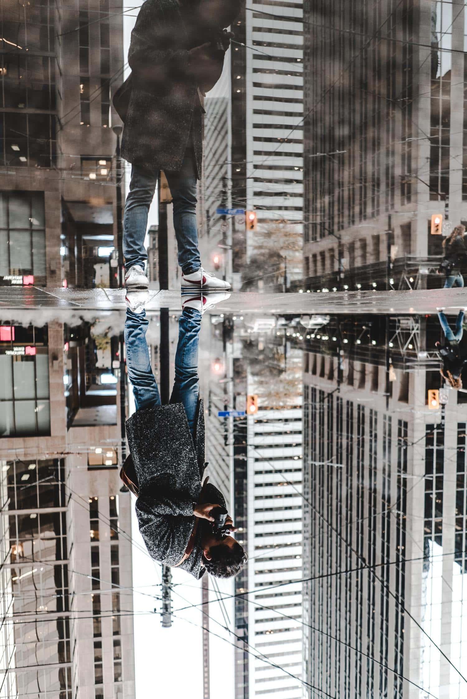 Fotógrafo capturando un reflejo en un charco