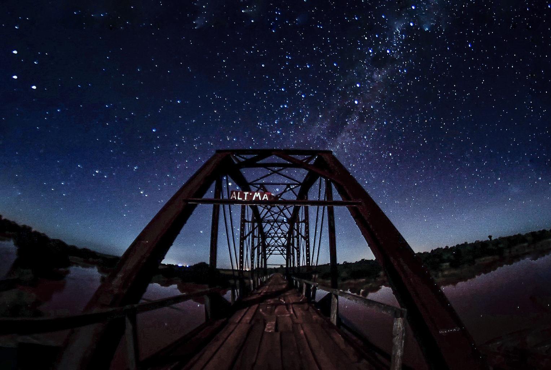 Puente bajo cielo estrellado ganadora del fotoreto61