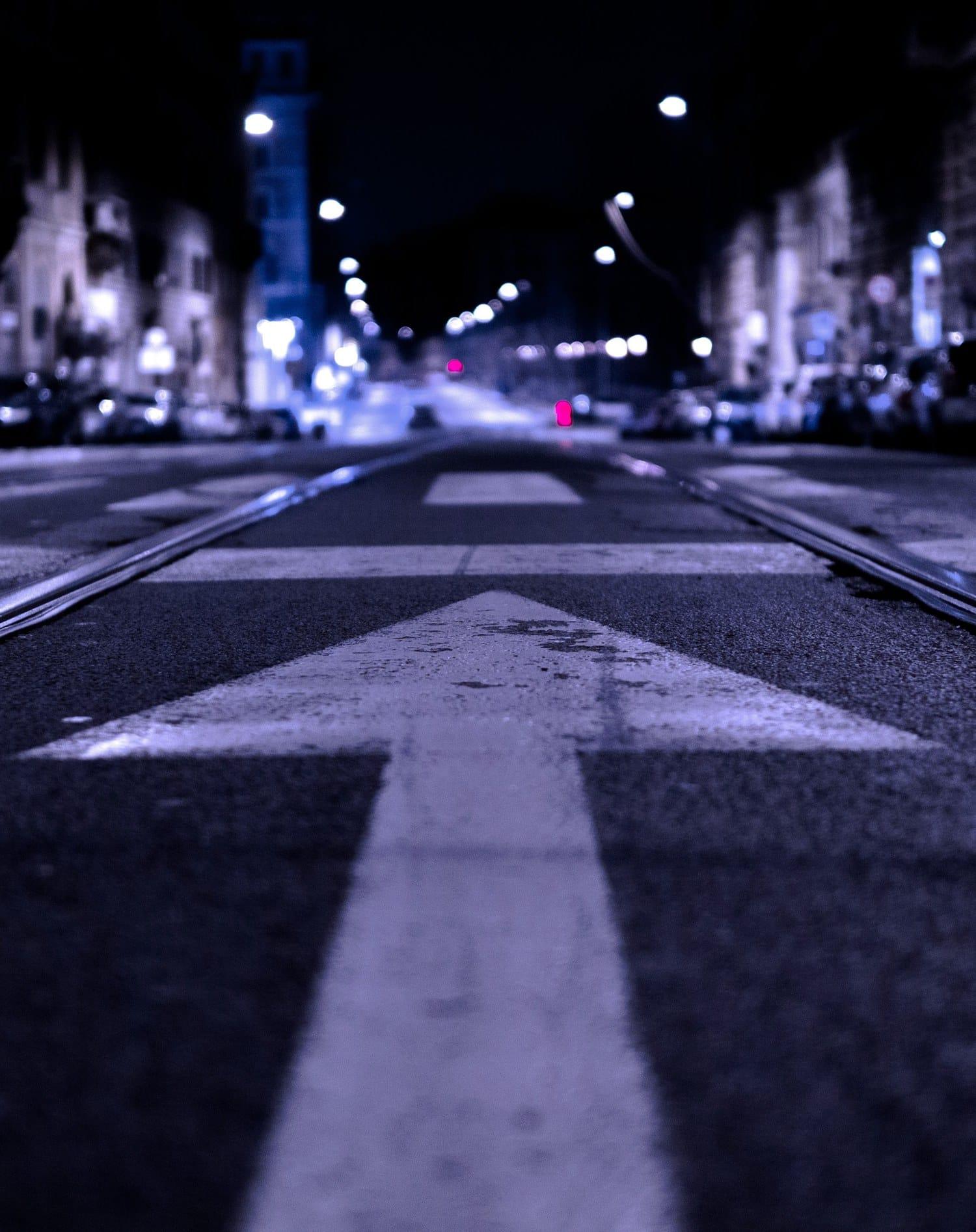 Flecha sobre el asfalto dirigiendo mirada