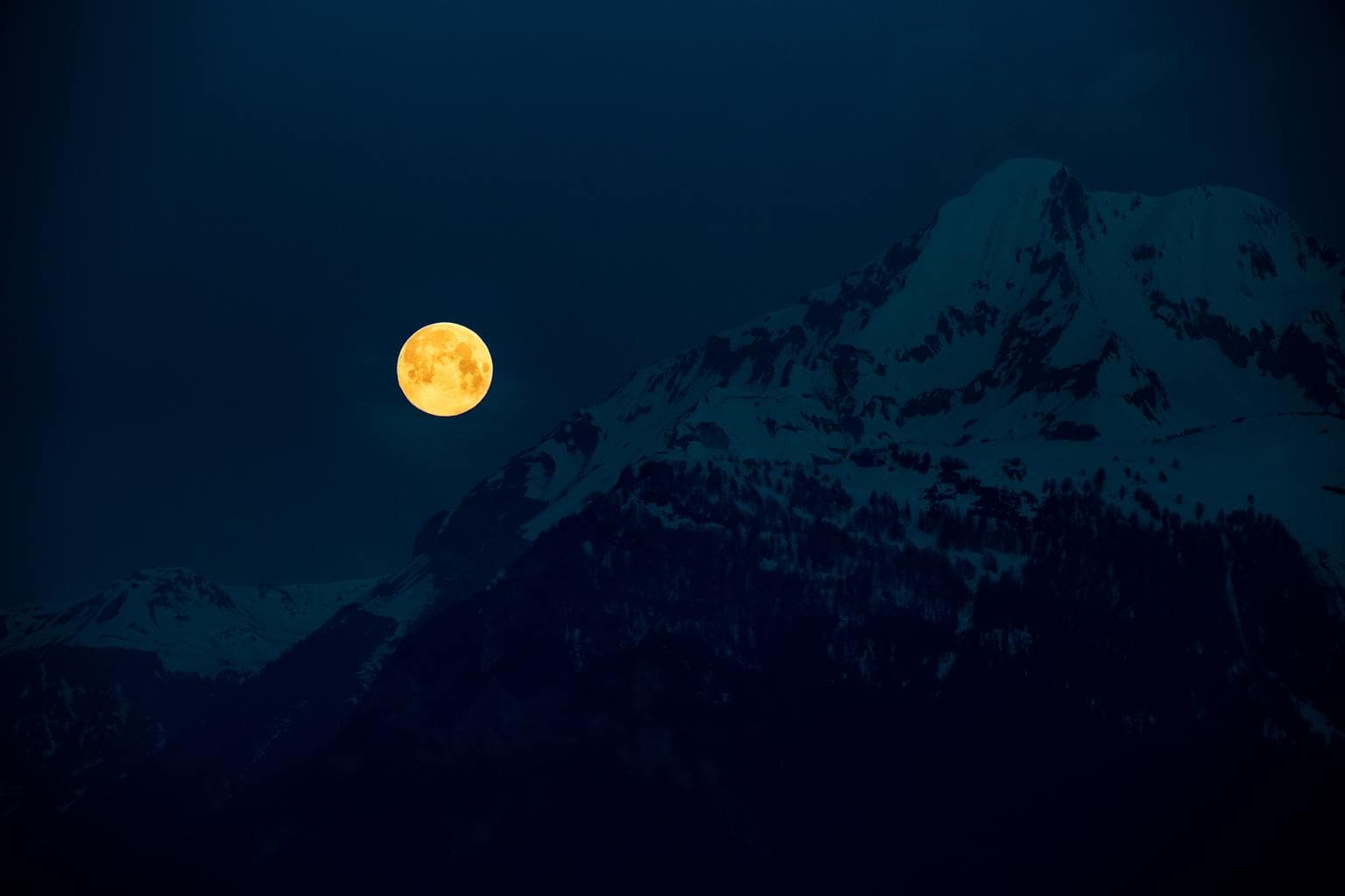 luna llena montaña nevada