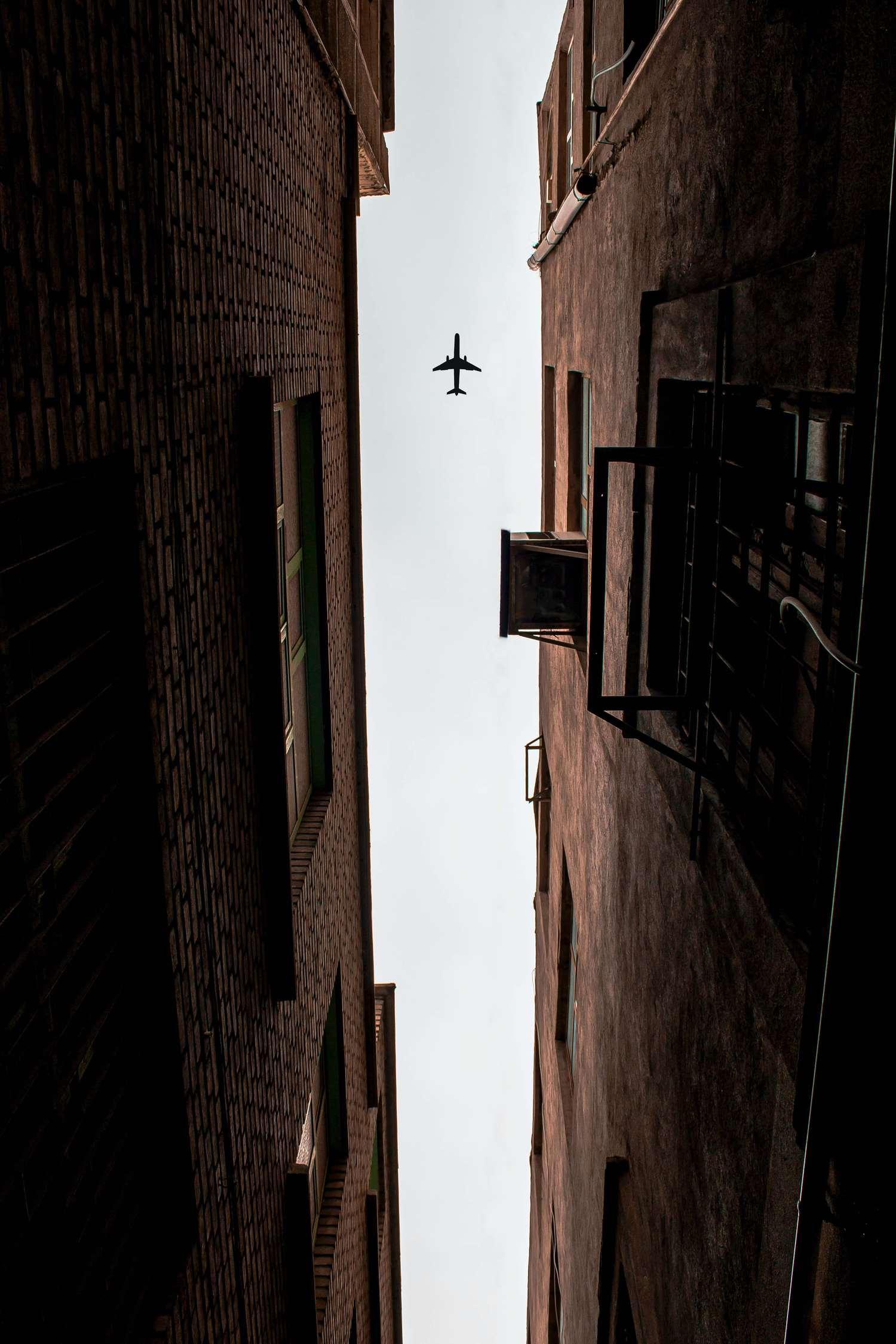Perspectiva nadir con avión entre edificios