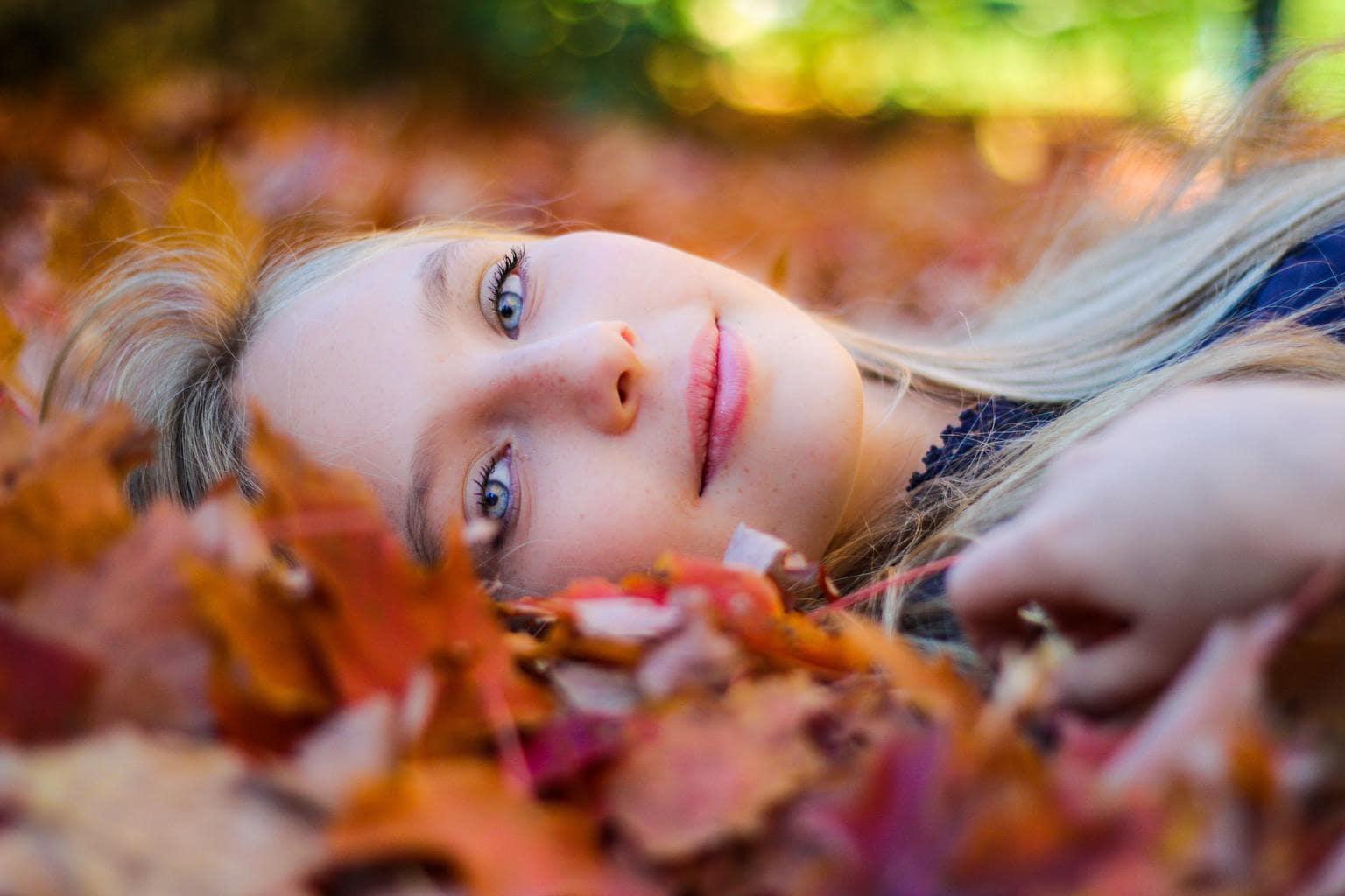 Retrato de chica acostada utilizando el desenfoque como elemento de composición fotográfica