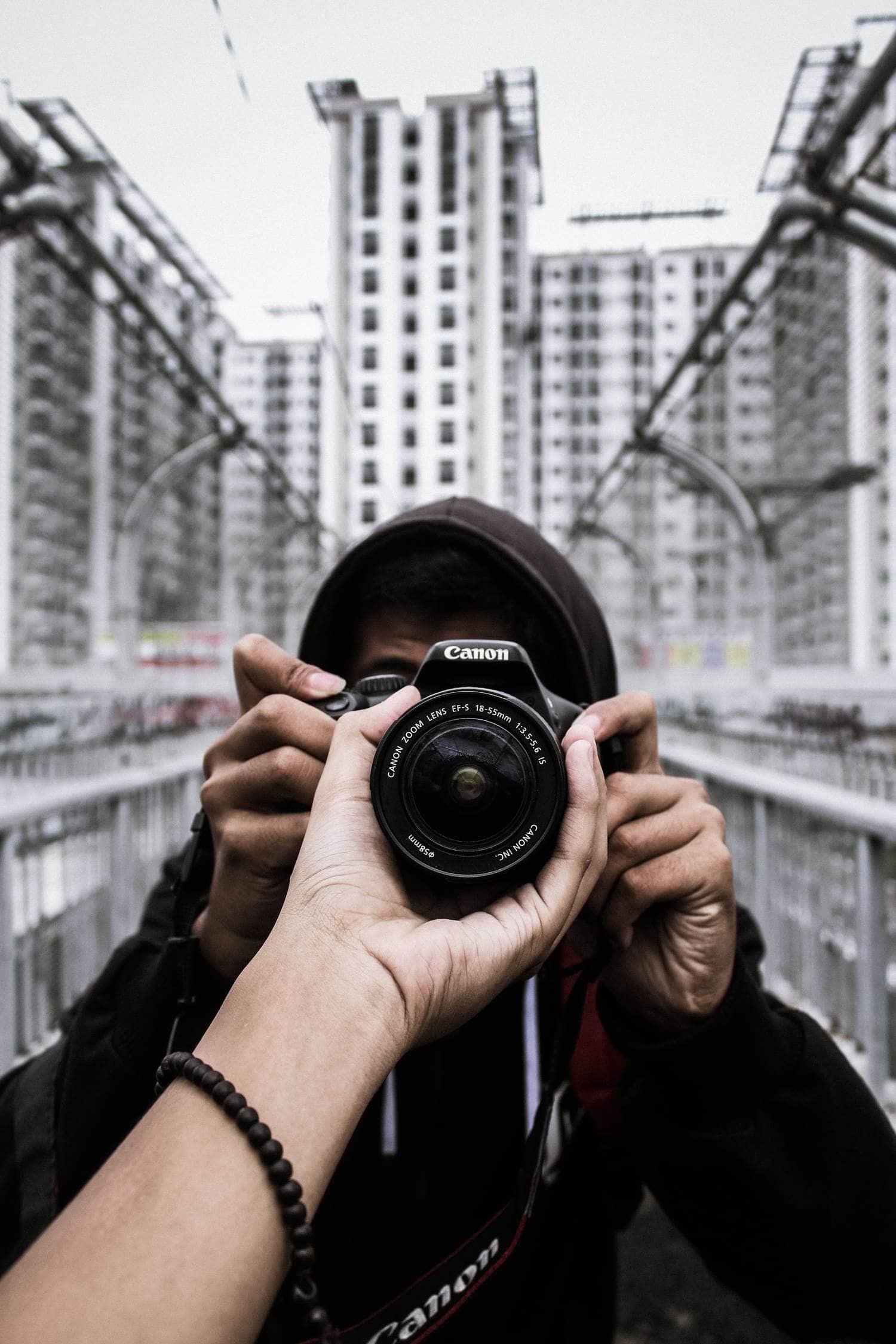 Juego de manos con cámara y objetivo