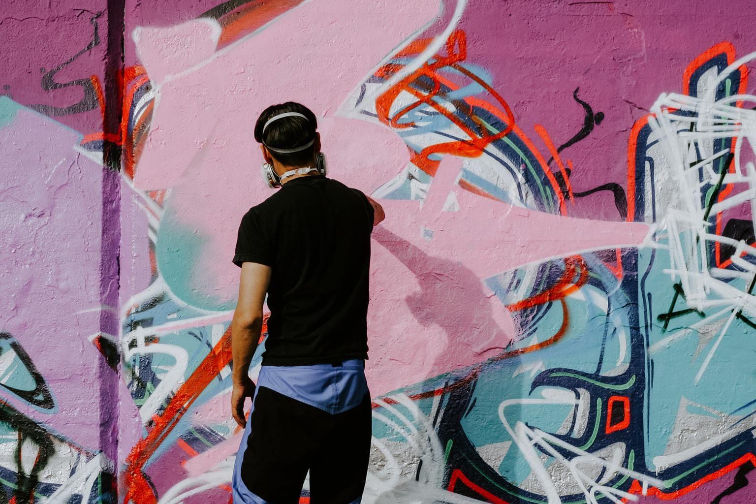 Grafitero pintando muro