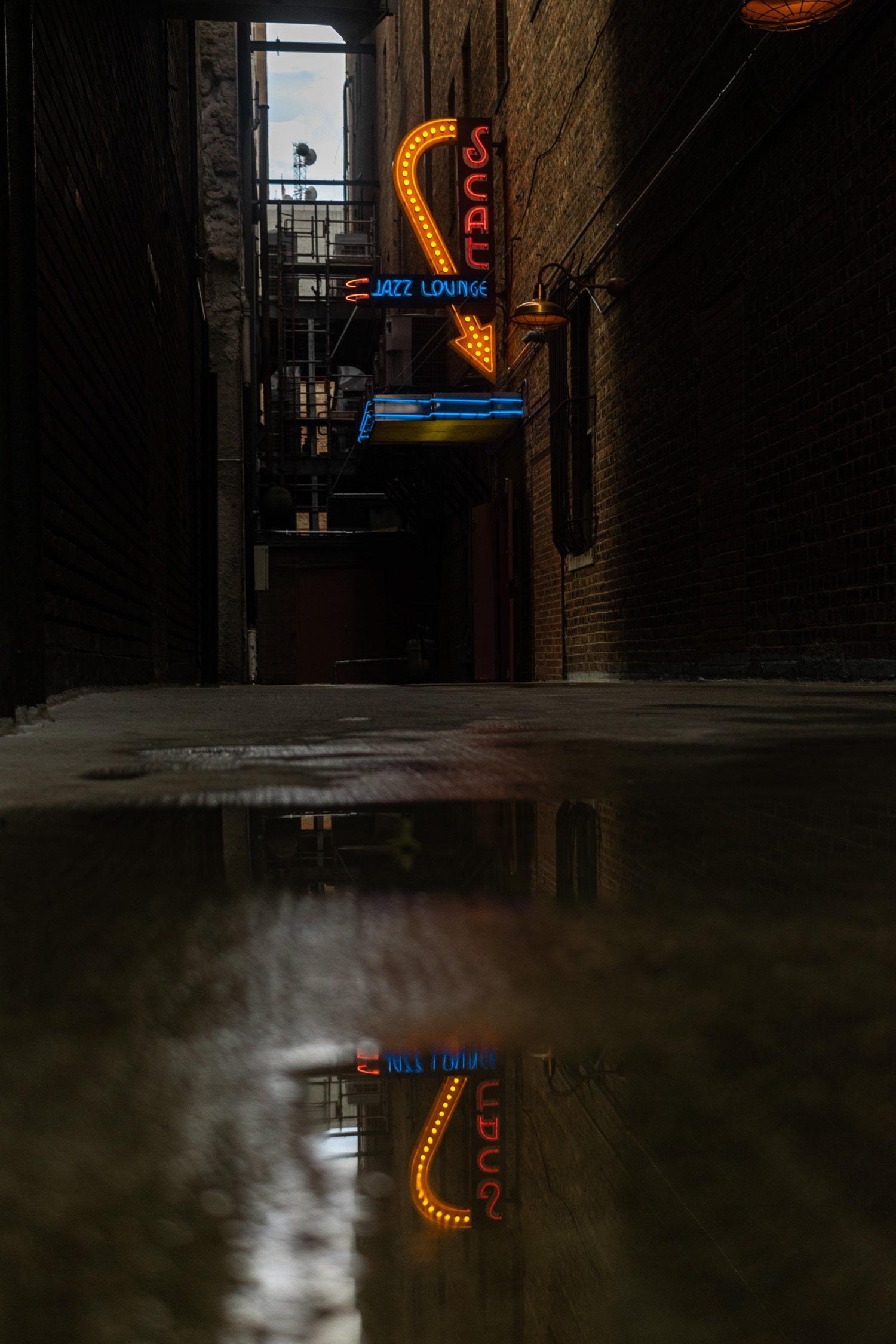Fotografía de reflejo en charco de un letrero
