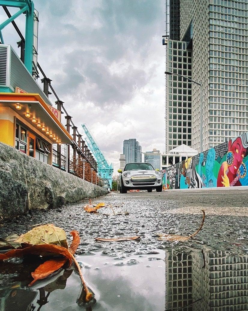 Escena urbana con coche y reflejo