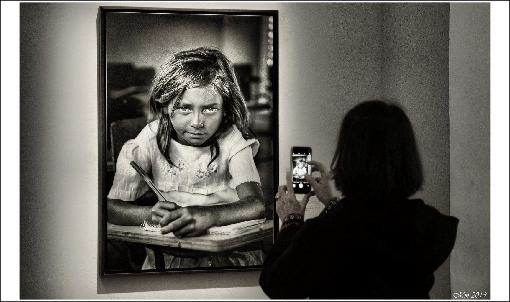 черно-белое фото девушки на фотовыставке