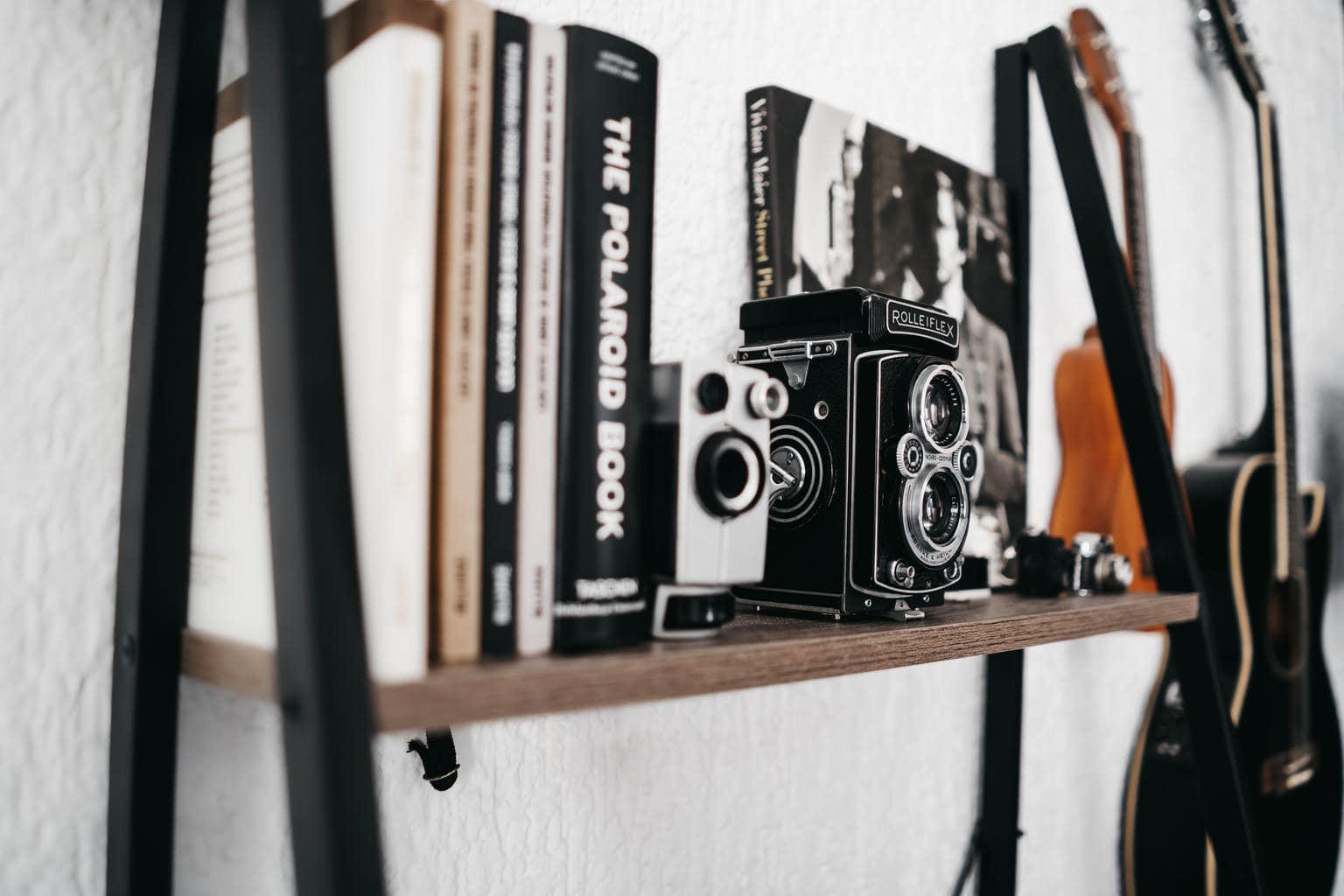 Estantería con libros para aprender fotografía y cámaras