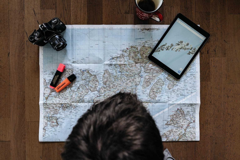 Fotógrafo planificando viaje con mapa