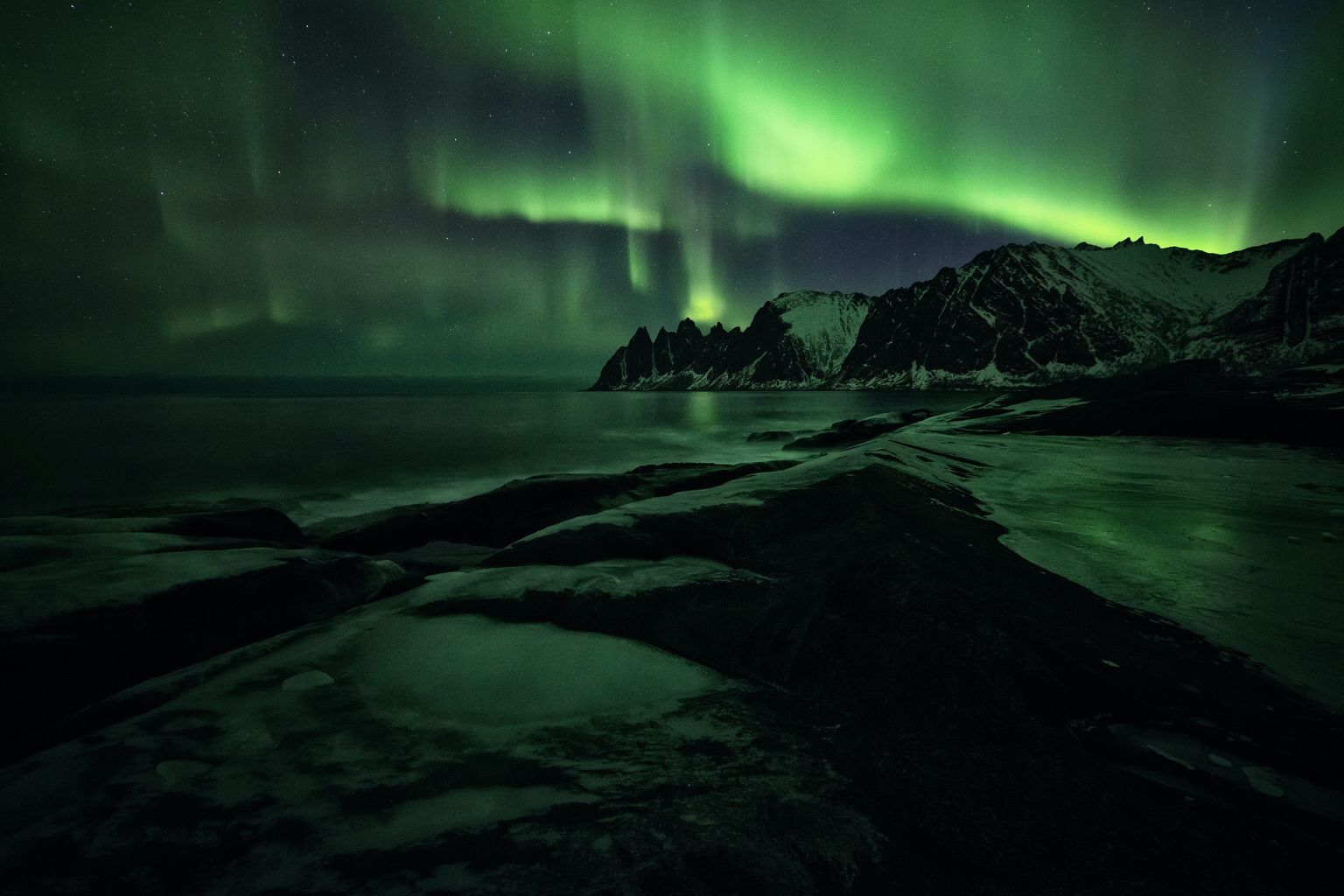 Paisaje nocturno de Aurora Boreal