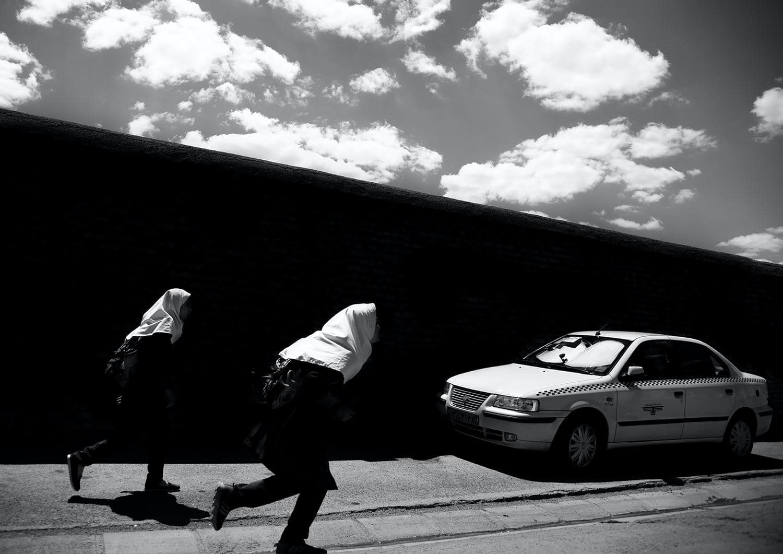 отредактировал черно-белую фотографию бегущей девушки