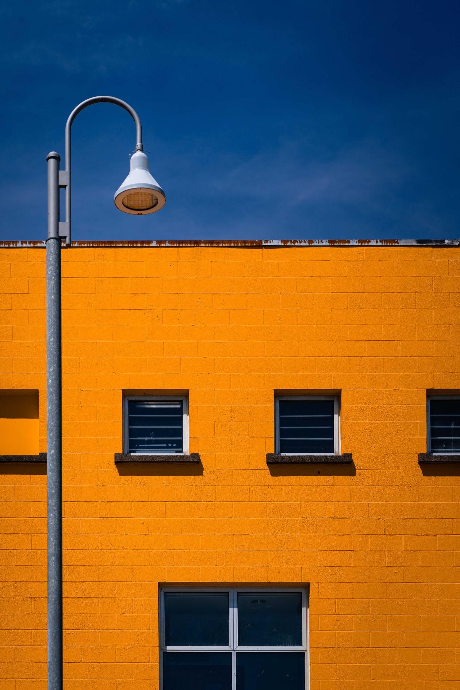 Fachada naranja con fondo azul, ejercicio de color para entrenar el ojo fotográfico