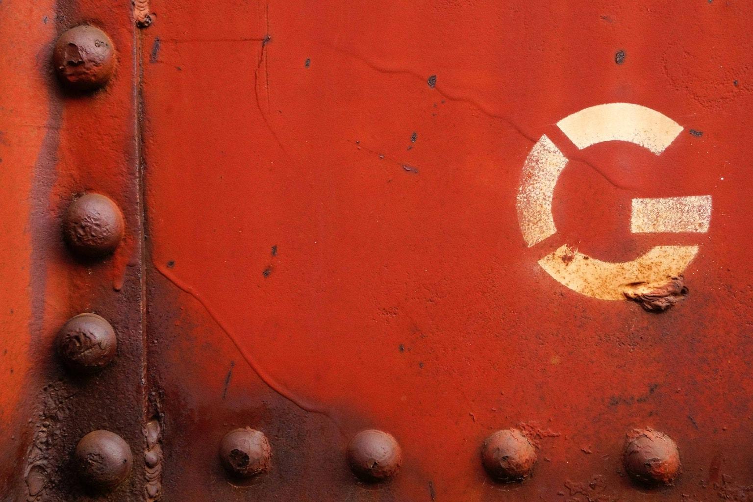 Letra G en fachada roja, ejemplo de construcción de abecedario fotográfico