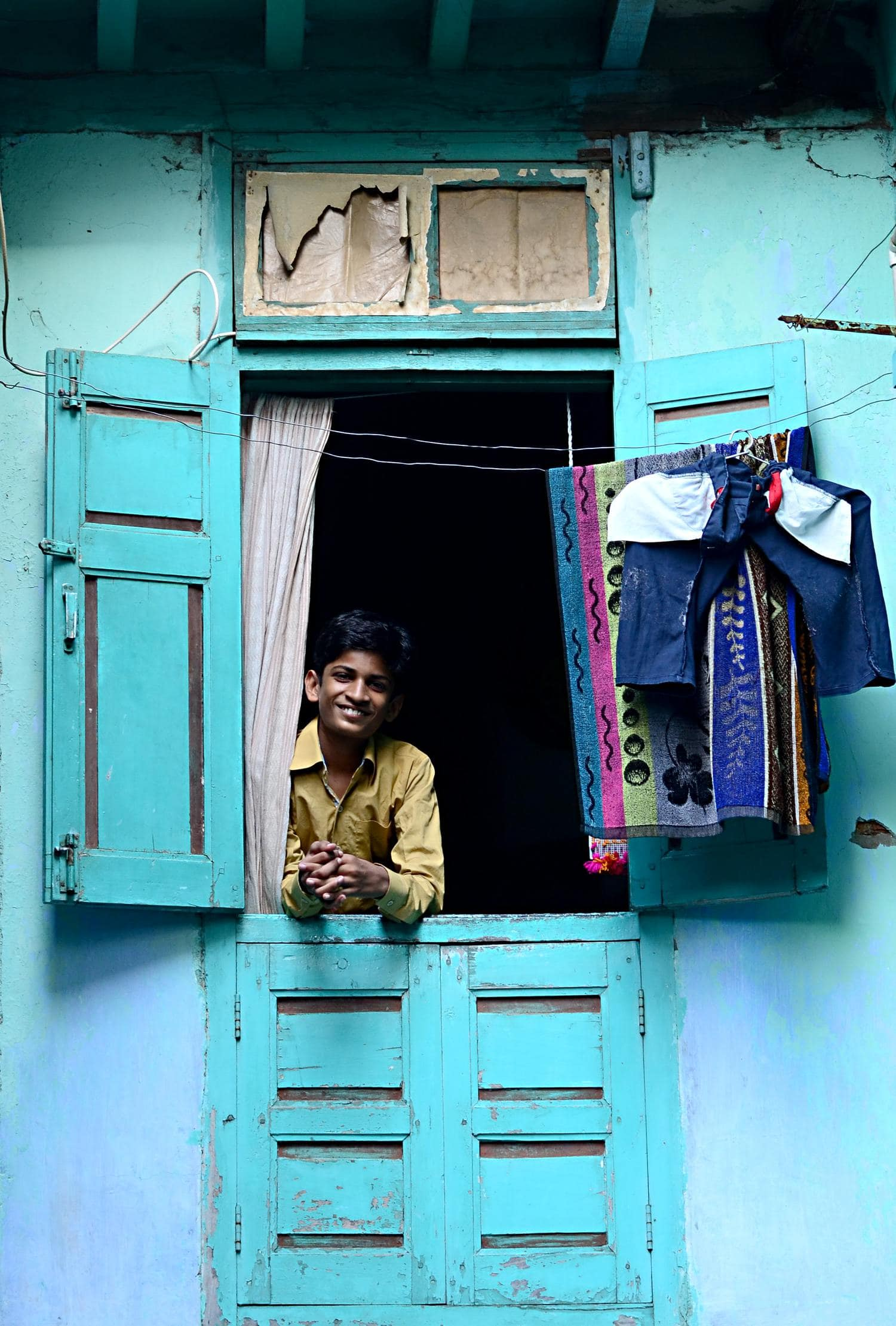 Fotografía de viaje, niño asomado a ventana