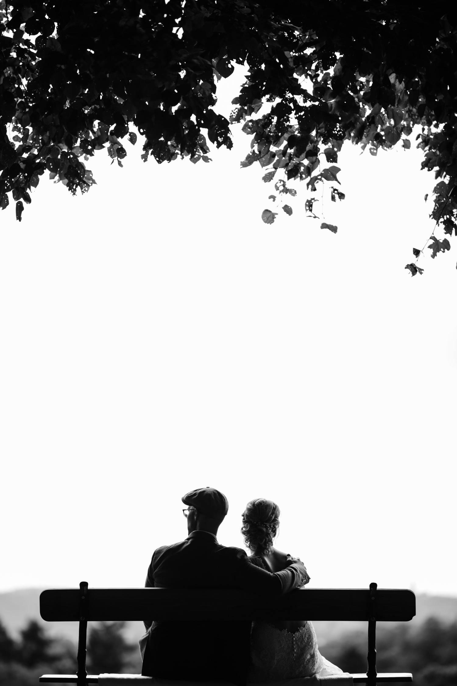 Пример фотографической композиции в черно-белом цвете.  Жених и невеста на скамейке.