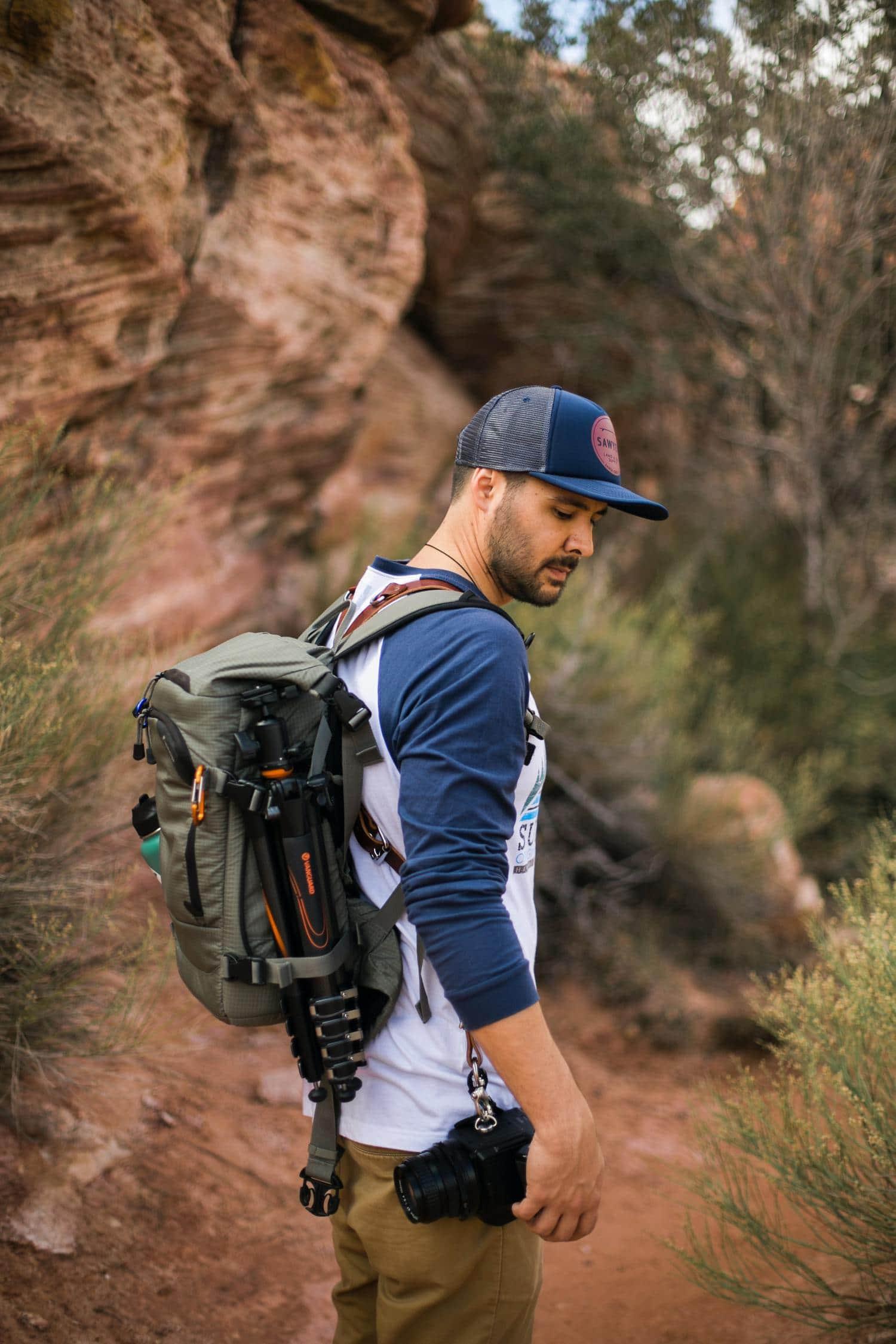 Fotógrafo con cámara, mochila y trípode