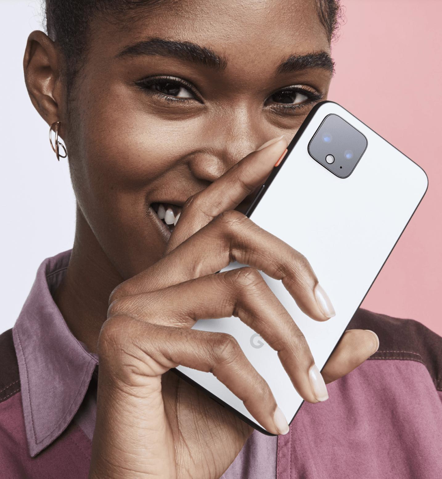 Chica joven con smartphone google pixel 4 en la mano
