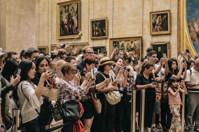 Fotografía en interior de museo de turistas y viajeros