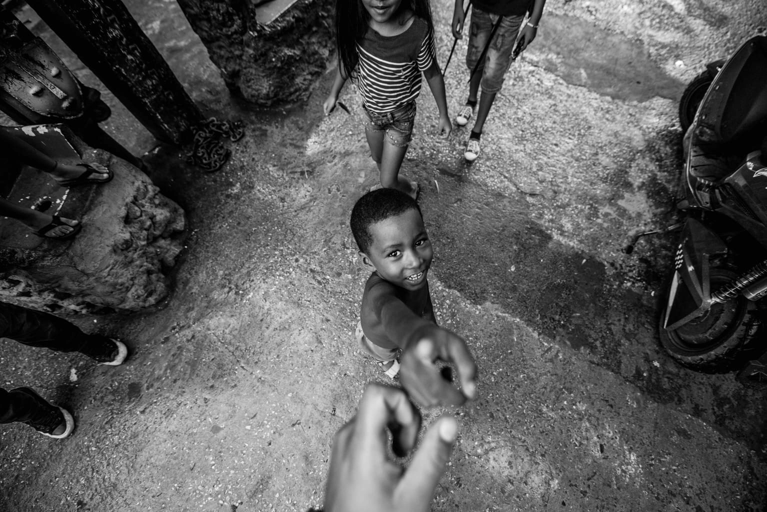 Fotografía documental de viajes con niño desde arriba en blanco y negro