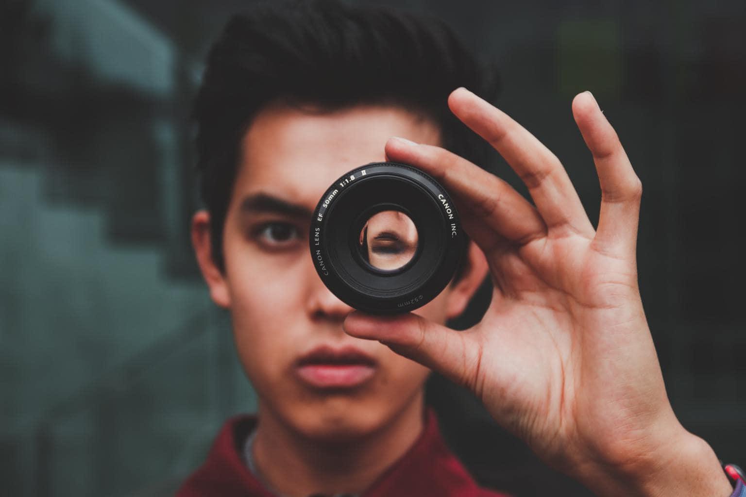 chico mirando a través de objetivo