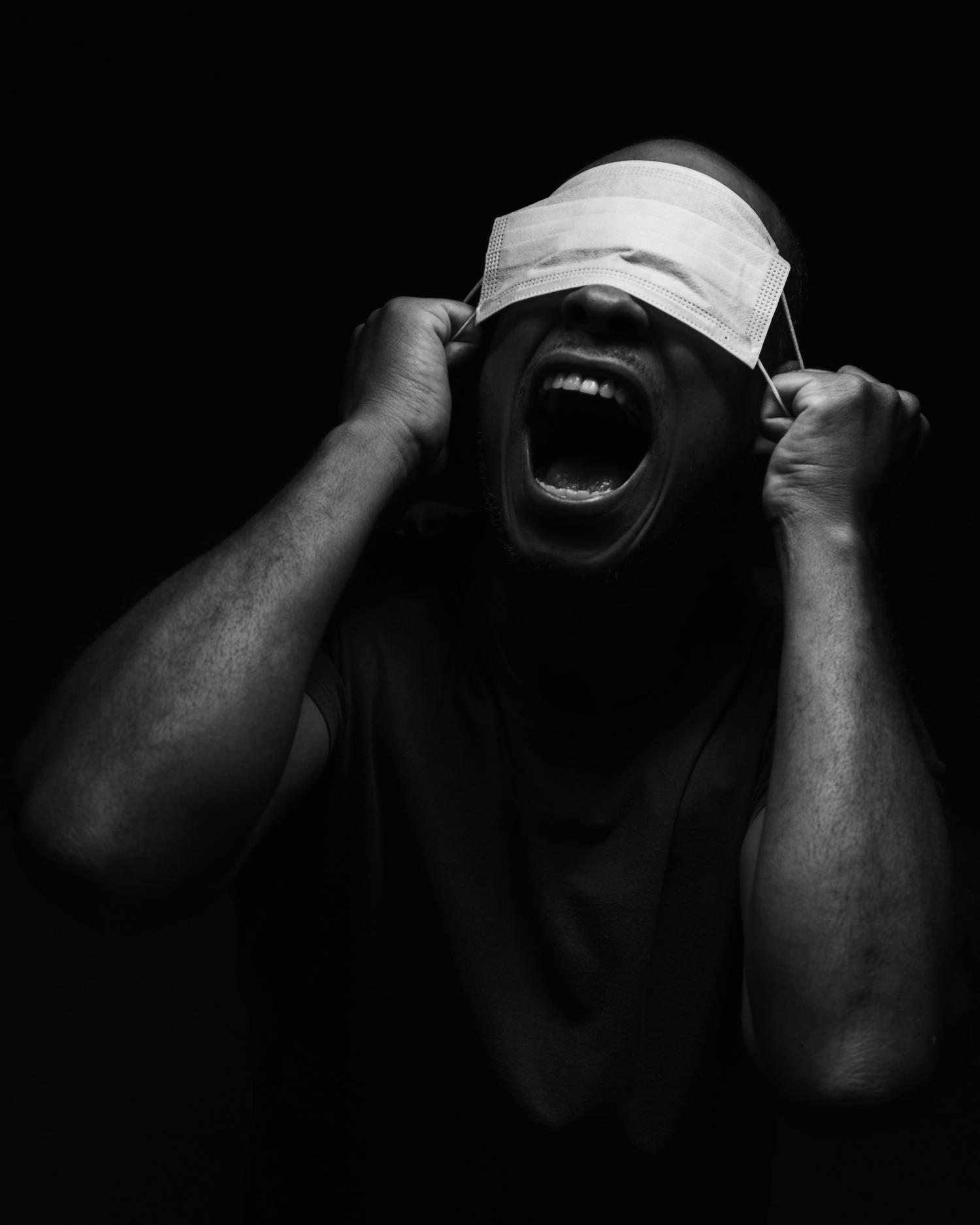 черно-белая портретная художественная фотография с маской