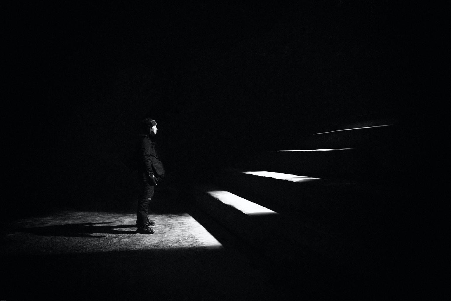 лестница света и тьмы как пример того, что такое черно-белая фотография