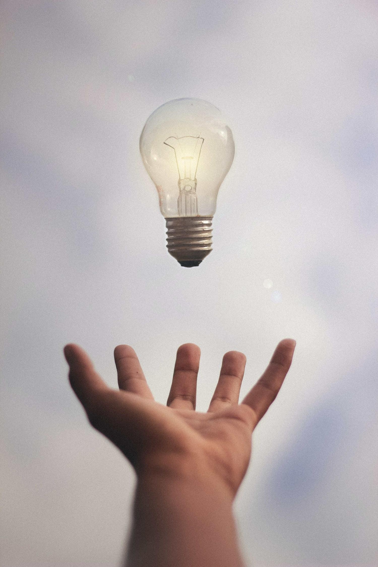 Bombilla en mano, ideas y creatividad