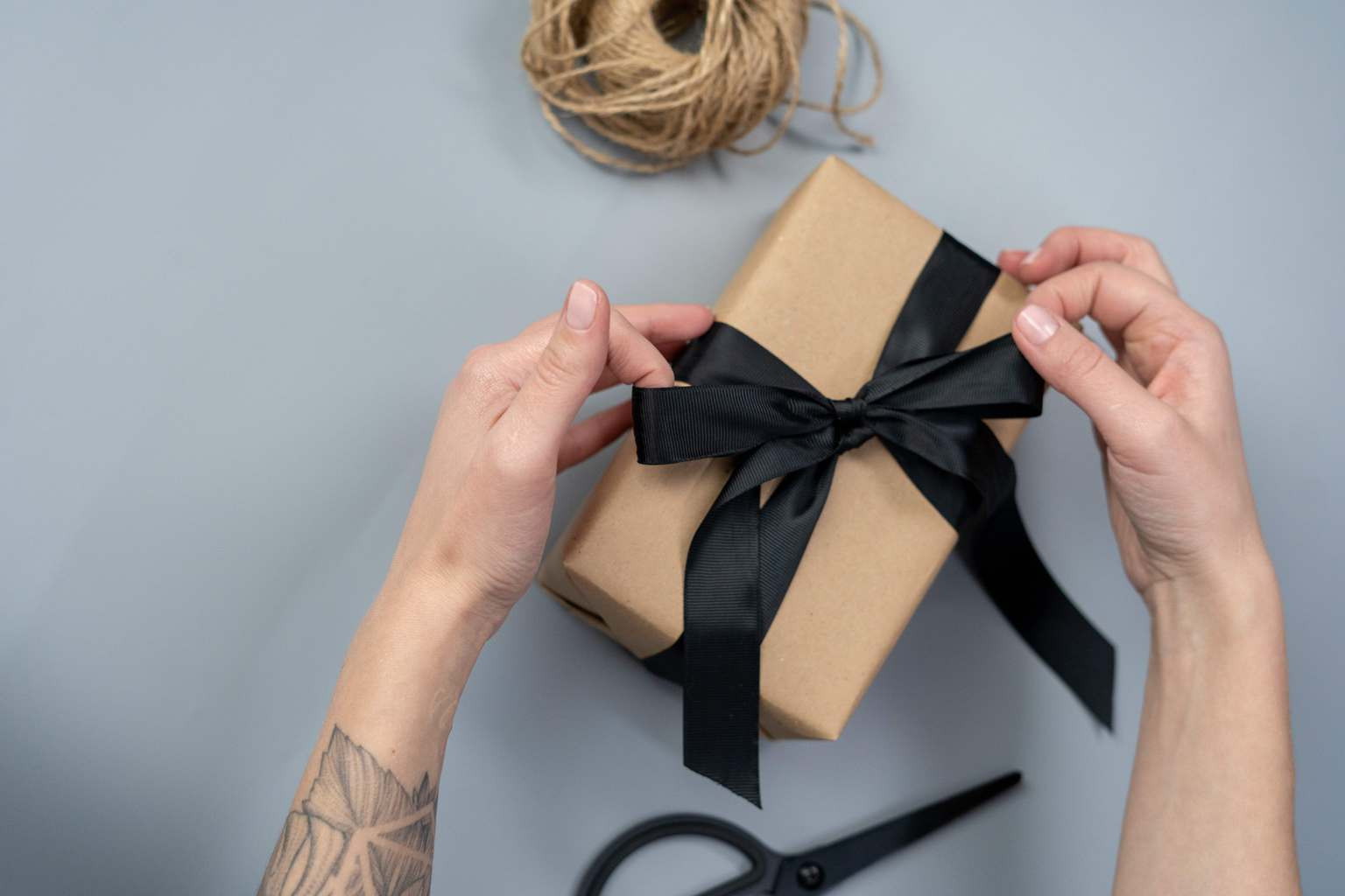 manos envolviendo un regalo