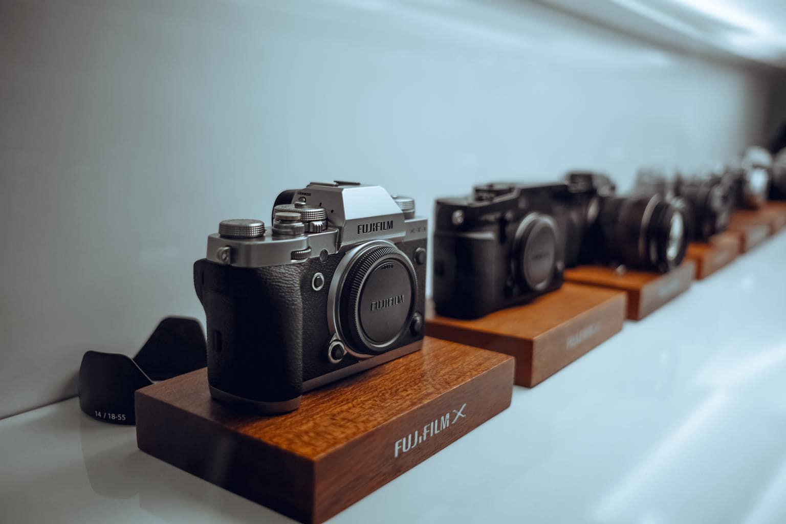 Cámaras de fotos en expositor de tienda