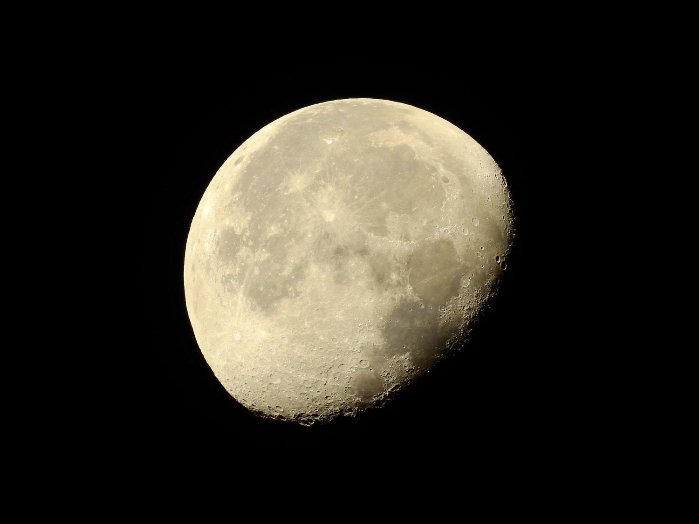 Fotografía de la luna con cráteres tomada con una bridge Coolpix P900