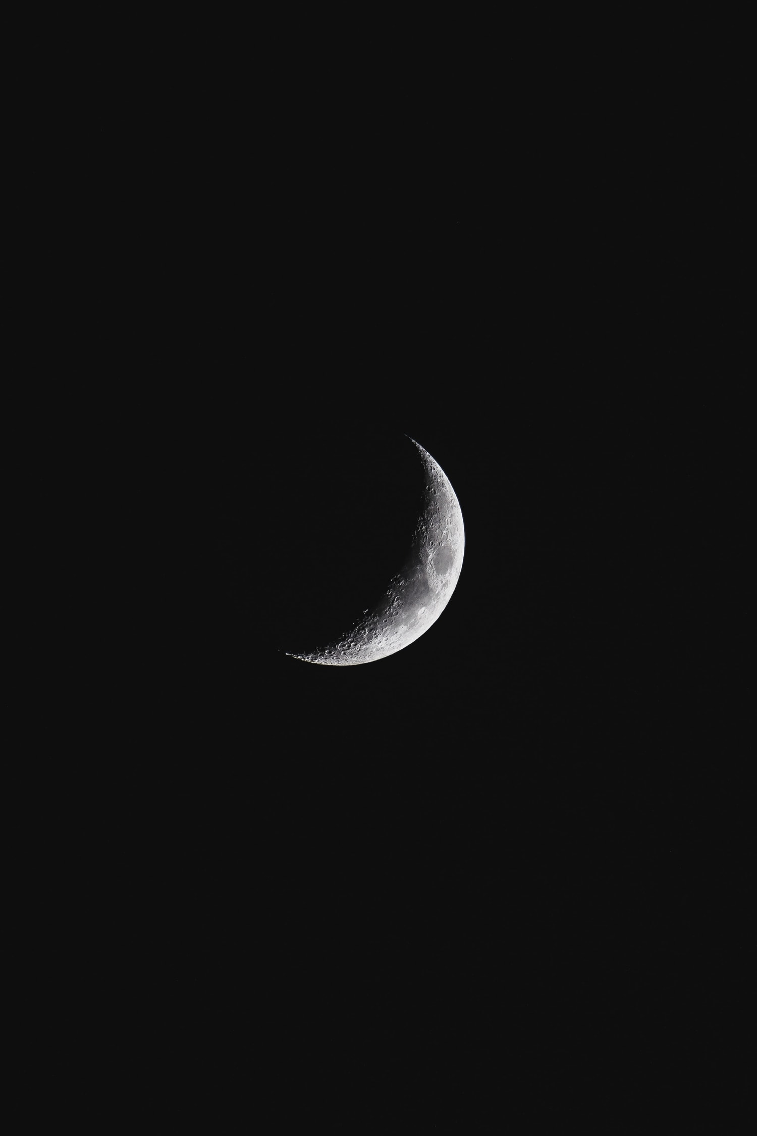 Luna creciente fotografiada de noche