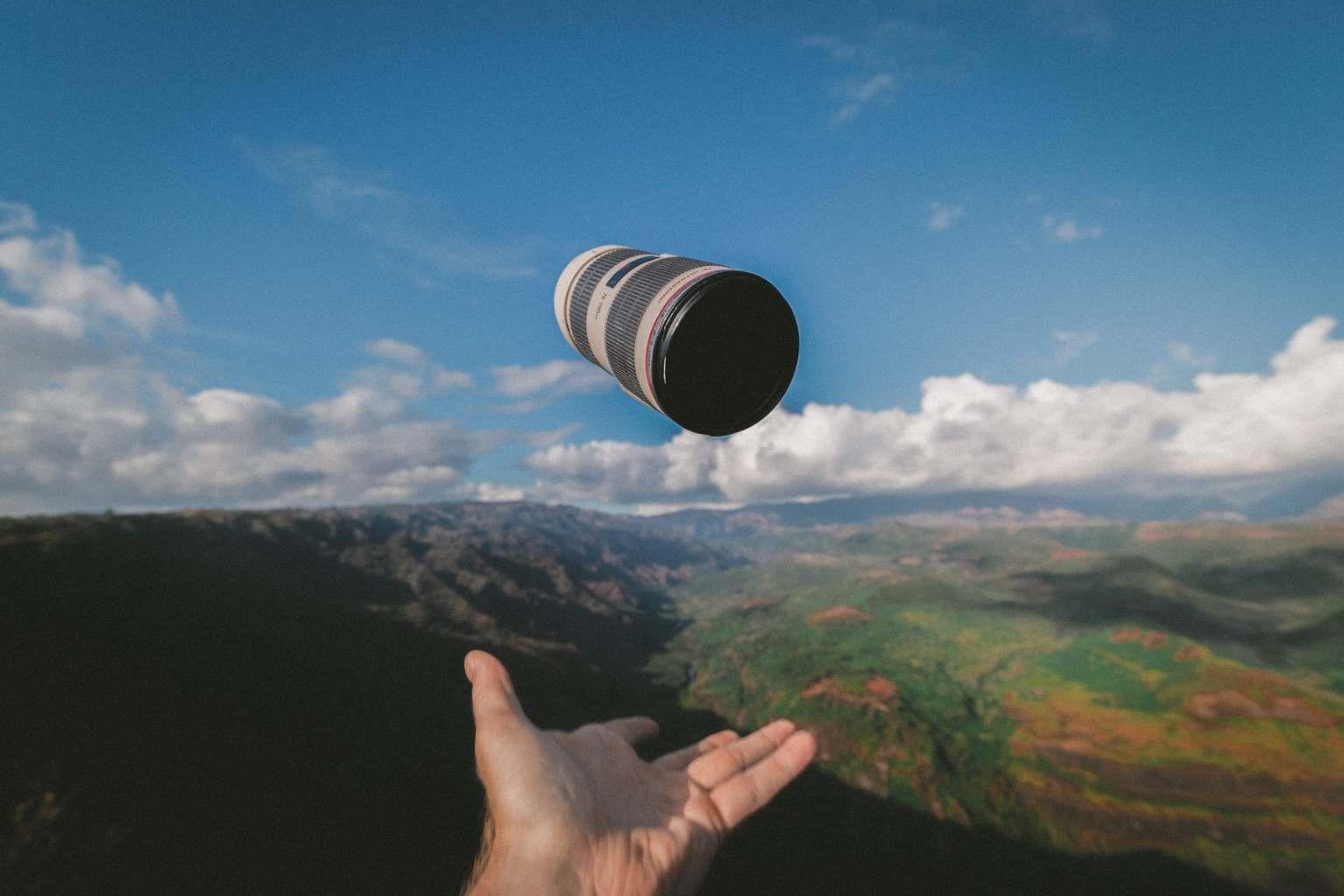 Objetivo fotográfico en el aire con fondo de paisaje