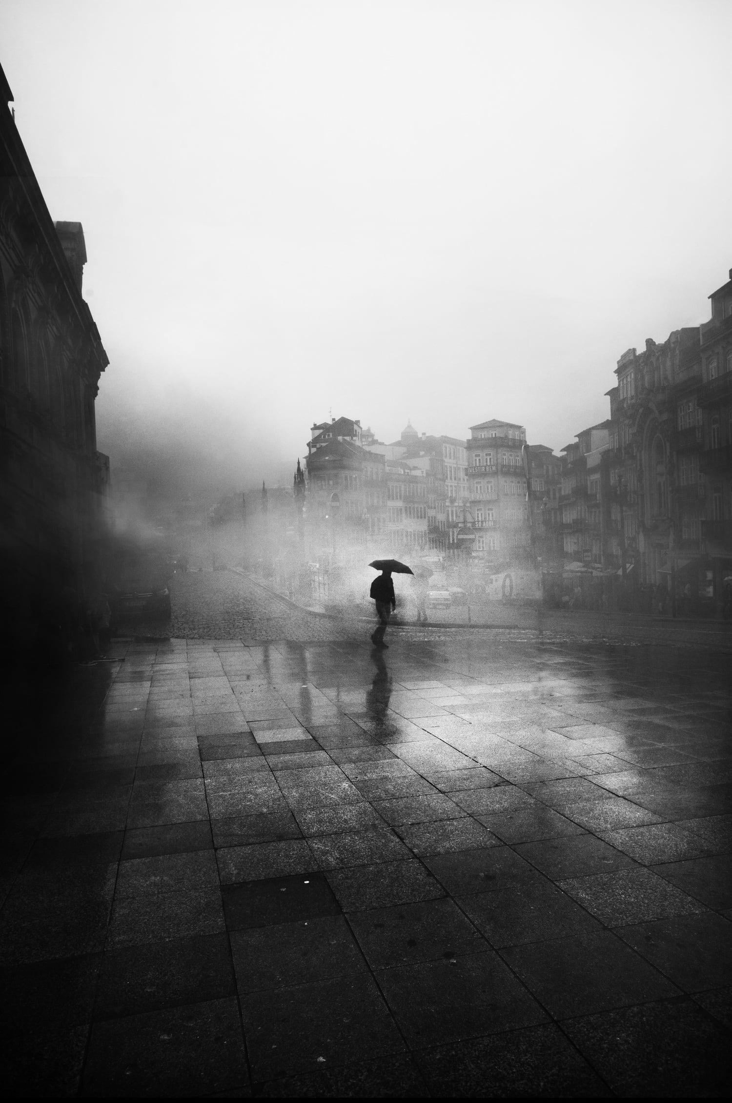 hombre niebla foto móvil blanco y negro