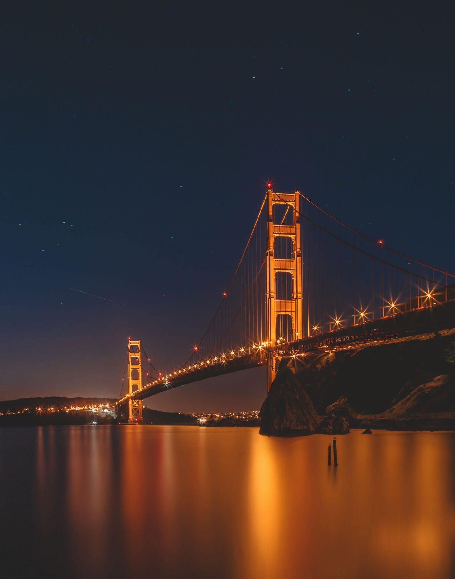 Puente iluminado por la noche en larga exposición