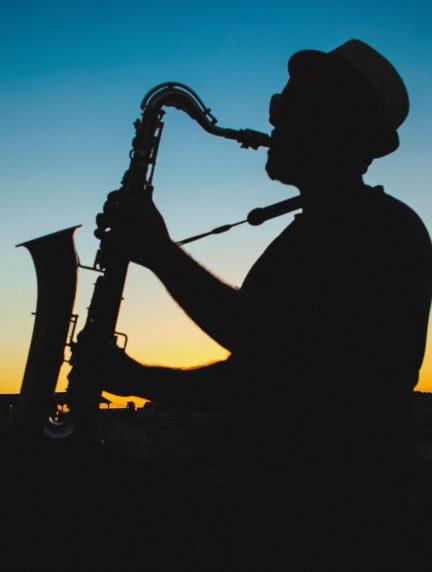 silueta de músico tocando en la hora azul
