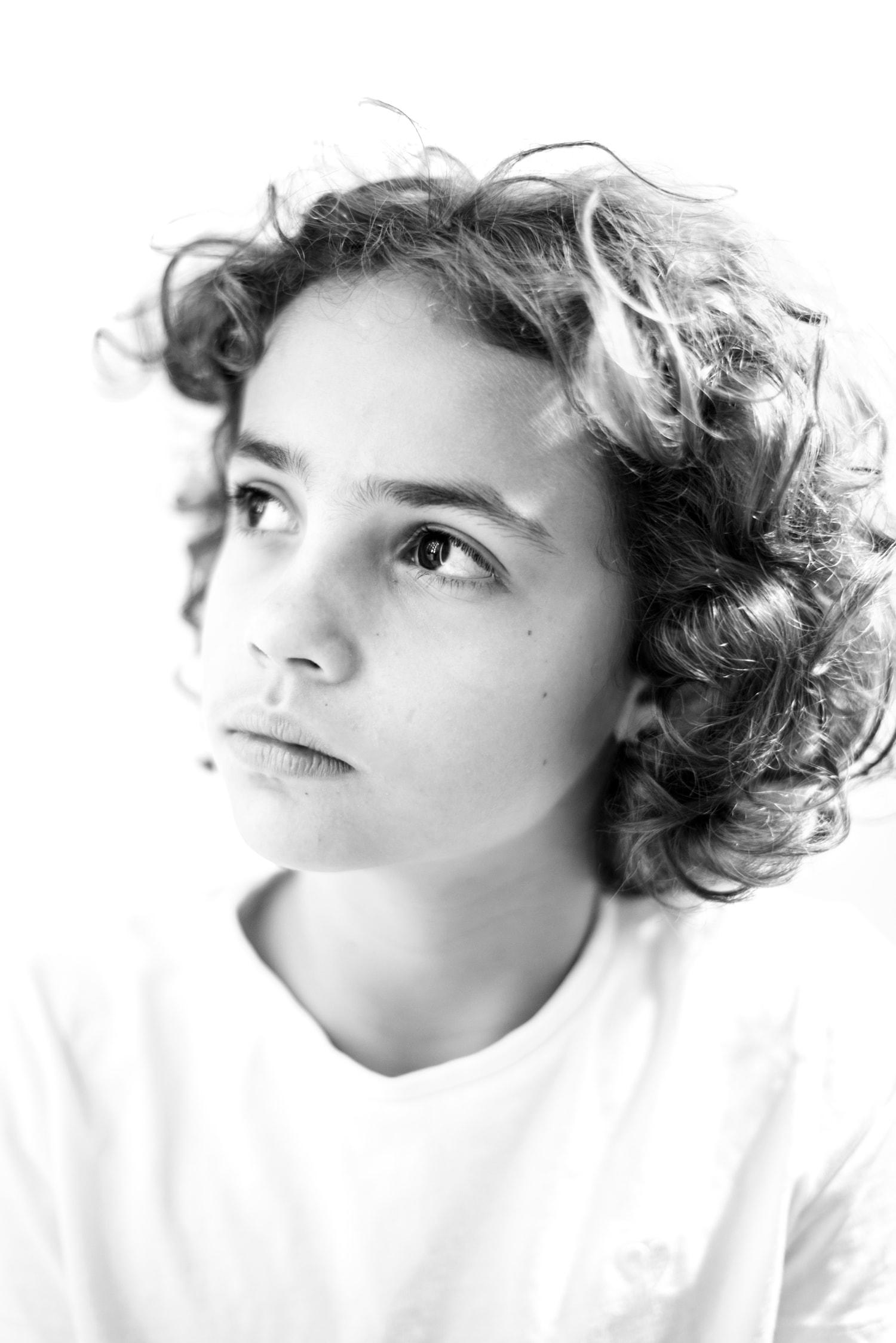 retrato niña revelada en clave alta blanco y negro